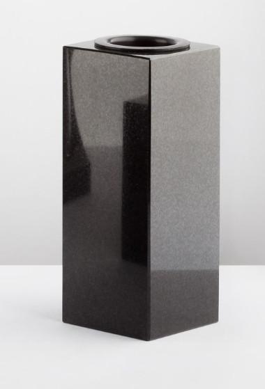 Quadratische, schmale schwarze Granitvase, 24 cm hoch